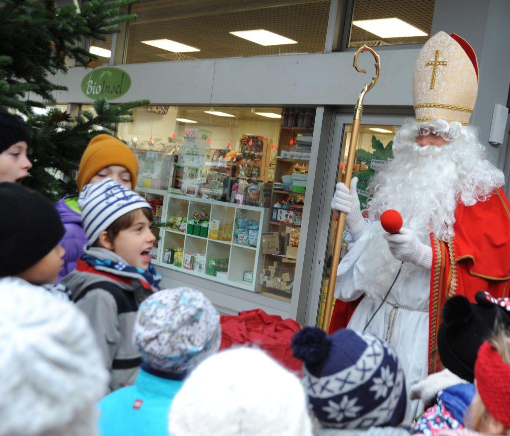 Der Nikolaus besucht die Ladenstraße